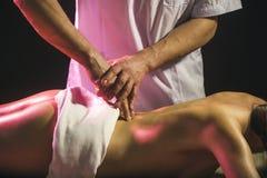 Station thermale, massage, thérapie Soin de fuselage Massage de femme, corps de station thermale concept de santé, de beauté, de  photo libre de droits