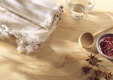 Station thermale ou serviette et parfums de bien-être sur le bois Photographie stock libre de droits