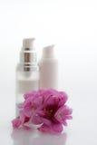 Station thermale - produits de beauté avec des fleurs Images stock