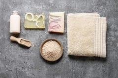 Station thermale réglée : savon liquide, barres de savon fait main, sel de mer et serviette photos stock