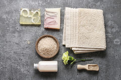 Station thermale réglée : savon liquide, barres de savon fait main, sel de mer et serviette photo libre de droits