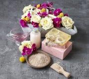 Station thermale réglée : sel de mer, barres de savon fait main et de savon liquide Bouque images libres de droits