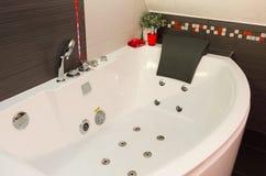 Station thermale ronde faisante le coin de baignoire avec le massage hydraulique Photo libre de droits