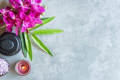 STATION THERMALE thaïe Vue supérieure des pierres chaudes plaçant pour le traitement de massage et détendre avec l'orchidée pourp photos libres de droits