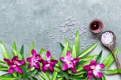 STATION THERMALE thaïe Vue supérieure des pierres chaudes plaçant pour le traitement de massage et détendre avec l'orchidée pourp image stock