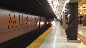 Station Toronto des Museums-4k dort sind z.Z. 4 U-Bahnlinien mit ersten im Jahre 1954 sich öffnen Ungefähr 2 75 Passagiere ein Ta stock video