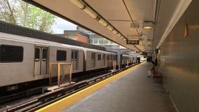 Station Toronto 4K Rosedale dort sind z.Z. 4 U-Bahnlinien mit ersten im Jahre 1954 sich öffnen Ungefähr 2 75 Passagiere ein Tages stock video footage