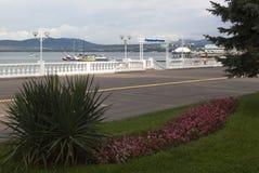 Station touristique de remblai de Gelendzhik par matin de début de l'été photos stock