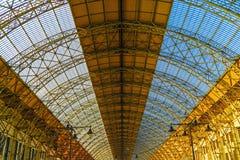 Station Transparante de bodemmening van het dakstation De bouw van het metaaldak, cellulaire honingraatstructuur, stock foto's