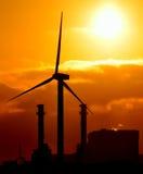 Station und Windkraftanlage des elektrischen Stroms bei Sonnenaufgang Stockbild