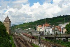 Station und Zug der Stadt Esslingen morgens Neckar Lizenzfreies Stockfoto