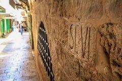 Station VI som snidas in i väggen i Jerusalem royaltyfri foto