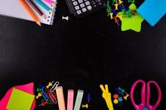 Stationaries Bleistifte, Kreide, Stifte, Scheren, Taschenrechner und usw. Stockfotografie