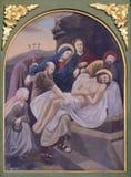 14. Stationen des Kreuzes, Jesus wird in das Grab gelegt und umfasst im Weihrauch Lizenzfreie Stockfotos