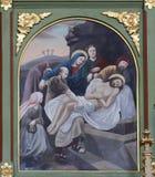 14. Stationen des Kreuzes, Jesus wird in das Grab gelegt und umfasst im Weihrauch Stockfotografie