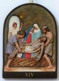 14. Stationen des Kreuzes, Jesus wird in das Grab gelegt und umfasst im Weihrauch Lizenzfreies Stockbild