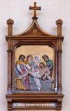 14. Stationen des Kreuzes, Jesus wird in das Grab gelegt und umfasst im Weihrauch Lizenzfreies Stockfoto