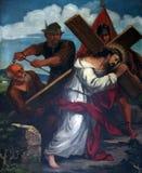 5. Stationen des Kreuzes, Simon von Cyrene trägt das Kreuz Lizenzfreie Stockbilder