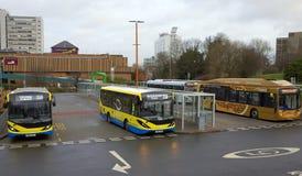 Stationen för huvudsaklig buss i Bracknell, England royaltyfri bild
