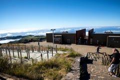 Stationen för radar för luftförsvar på Pico gör Arieiro, på 1.818 M högt, är det högsta maximumet för madeiraö` s tredje Royaltyfri Bild