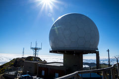 Stationen för radar för luftförsvar på Pico gör Arieiro, på 1.818 M högt, är det högsta maximumet för madeiraö` s tredje Arkivfoto