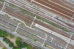 Stationen för THSR Kaohsiung med drevet som förbigår, denna station, är Taiwan den snabba stången som lokaliseras i Zuoying, Kaoh royaltyfri fotografi