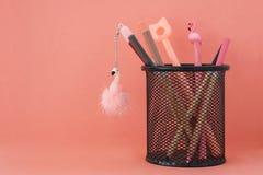stationery De volta ? escola Penas com flamingos e l?pis na cesta no fundo colorido coral com c?pia gratuita fotografia de stock royalty free