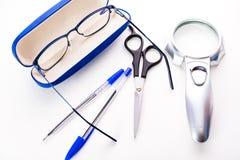 stationery Vidros, penas, tesouras no fundo branco fotografia de stock