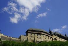 Stationieren Sie Ansicht des weithin bekannten Schlosses Carlstein in der Tschechischen Republik Lizenzfreies Stockbild