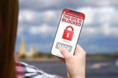 Stationieren Sie blockierte Idee, Mädchen mit frameless Telefon auf unscharfem Wolkenhintergrund Lizenzfreie Stockbilder
