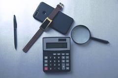 Stationnaire avec le téléphone sur la table image stock