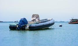 Stationnaire garé par bateau de vitesse Photo libre de droits