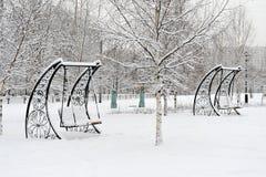 Stationnement à Moscou après la chute de neige importante Photo stock