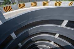 Stationnement à plusiers étages de véhicule Rampe circulaire dans le garage de niveau multi, vue supérieure images libres de droits