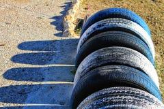Stationnement écologique de bicyclette fait avec des pneus sur la plage Image libre de droits