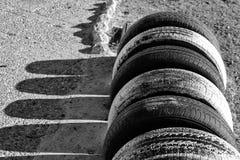 Stationnement écologique de bicyclette fait avec des pneus sur la plage Photo stock
