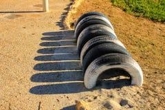 Stationnement écologique de bicyclette fait avec des pneus sur la plage Photographie stock