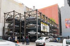 Stationnement élevé de voiture à New York Image libre de droits