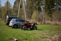 Stationnement au cottage Jeep, voiture de tourisme, vélo de quadruple, bicyclettes photographie stock