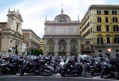 Stationnement d'architecture de Rome Italie de temple de catholicisme de motos et de scooters photo libre de droits