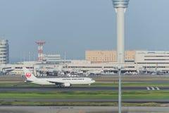Stationnement d'avion à l'aéroport international de Tokyo Photo stock