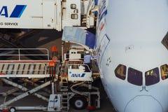 Stationnement d'avion à l'aéroport international de Tokyo Images libres de droits