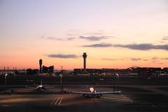 Stationnement d'avion à l'aéroport international de Tokyo Images stock