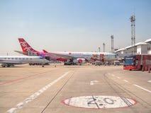 Stationnement d'avion près de la piste dans l'aéroport images libres de droits