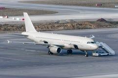 Stationnement d'avions à l'aéroport, se préparant au vol, entretien de navire Image libre de droits