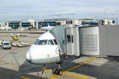 Stationnement d'avions de Lufthansa au tablier Photos libres de droits