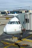 Stationnement d'avions de Lufthansa au tablier Images libres de droits