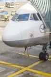 Stationnement d'avions de Lufthansa au tablier Photo libre de droits