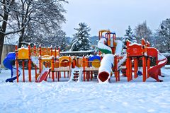 Stationnement d'enfants sous la neige Photos stock