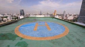 Stationnement d'hélicoptère sur le toit de la tour photos stock